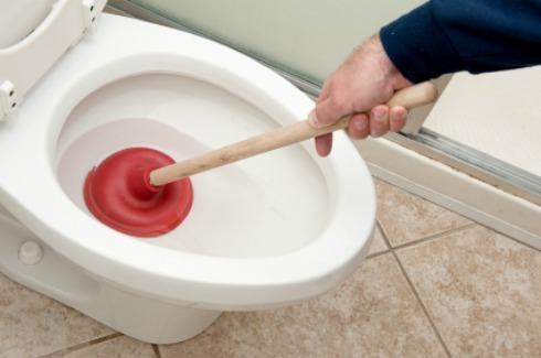 Отпушване на тоалетна чиния – 3 топ начина
